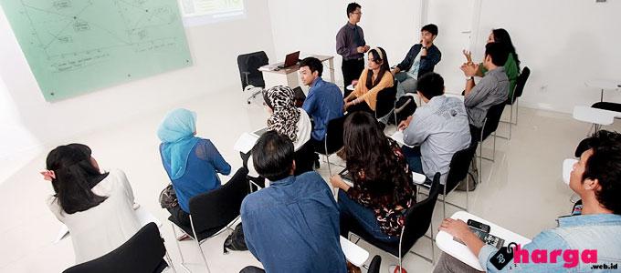 Aktivitas di ESQ Business School - (Sumber: panoramio.com)