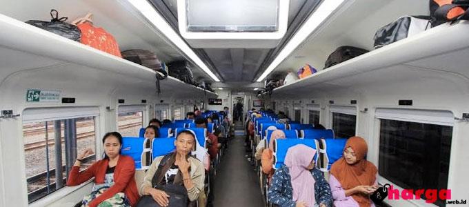 Suasana di Dalam Kereta Api - (Sumber: tribunnews.com)
