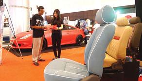 Jok mobil Accura terbuat dari bahan sintetis. Tersedia berbagai warna eksklusif.