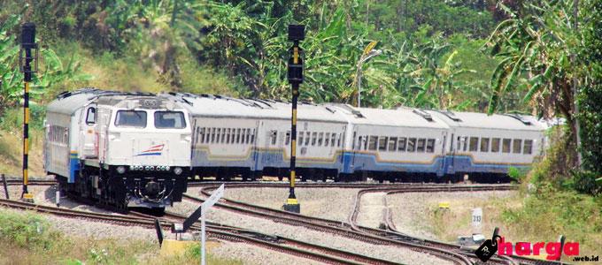Kereta Api Purwojaya - (Sumber: flickr.com)