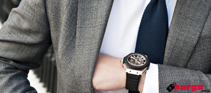 Pria Memakai Jam Tangan - (Sumber: ablogtowatch.com)